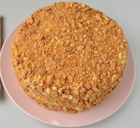 Остальные крохи измельчаем еще больше, посыпаем торт сверху.