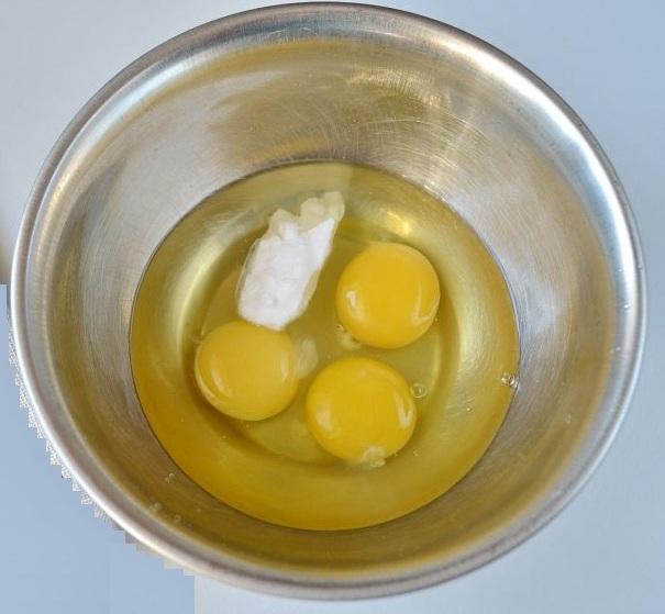 Взбиваем в небольшой мисочке яйца с содой