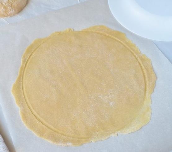 Придаём нашим коржам одинаковую величину и форму. Для этого можно воспользоваться любым взятым на кухне «лекалом», например тарелкой. Обрезки никуда не деваем. Они нам пригодятся чуть позже.