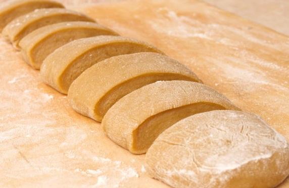 Крутое тесто делим на 7 частей.