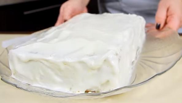 Собираем торт. Укладываем по одному остывшие коржи, не скупясь, промазываем их кремом. Его наносим и наверх, и на бока.