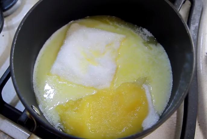 Берём ёмкость, которую можно поставить на огонь. В неё выкладываем 200 грамм сахара, 150 грамм сливочного масла и 2 столовых ложки мёда. Ставим на плиту и непрерывно перемешивая, доводим до кипения.