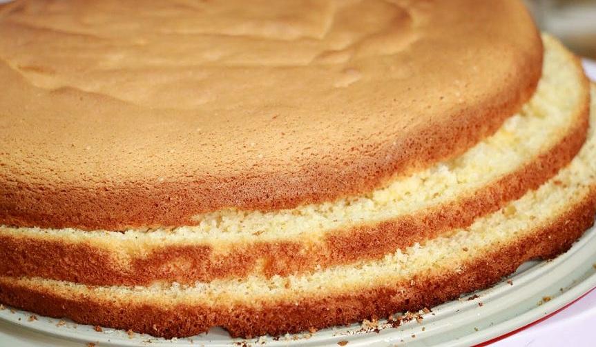 Разрезать бисквит на коржи надо, только предварительно остудив его. Так у Вас будет больше шансов не поломать их и сделать красивыми. А пока бисквит будет остывать, мы приготовим сливочный крем.