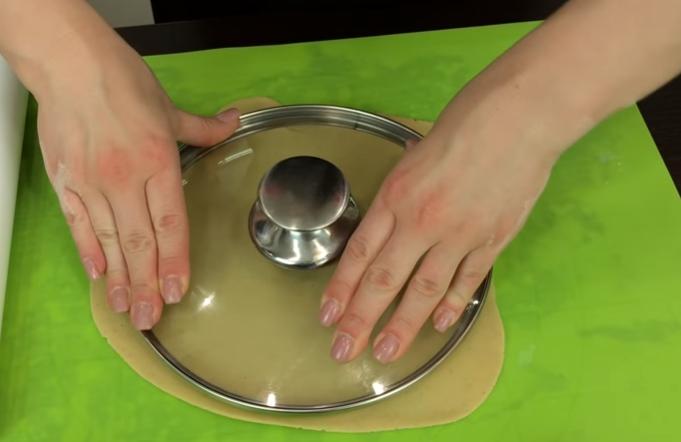 Достаём его и делим его на 6-7 одинаковых частей. Пока раскатываем один корж, заготовки пусть остаются в холодильнике. Доставайте их тогда, когда придёт очередь с ними работать. Толщина их после раскатки должна быть не больше 3 – 4 мм. Диаметр равняйте по размеру Вашей сковородки, на которой будете выпекать.