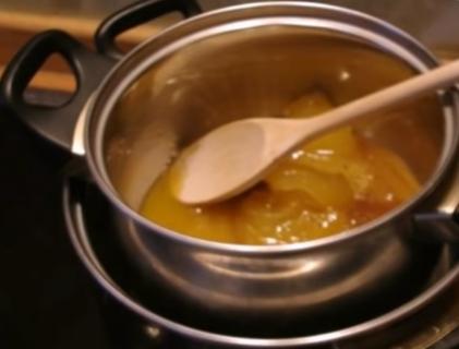 Выкладываем в миску сливочное масло, сахар и мёд. Нагреваем на плите, помешивая до тех пор, пока не растворится сахар. Смесь должна быть однородной. До кипения не доводим.