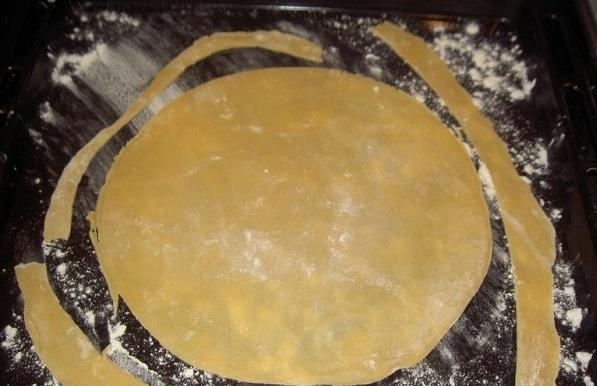Дальше выпекаем коржи и всё, что обрезали (это пригодится нам для посыпки торта). Не забудьте предварительно разогреть духовку до 180 градусов.