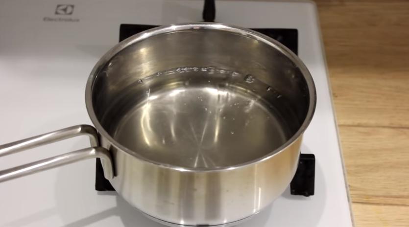 Приготовленную для бани кастрюлю с водой ставим на плиту