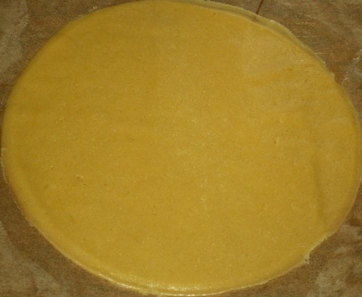 Тонко раскатываем каждый. Надо учитывать, что при выпечке коржи станут толще и торт может быть суховатым. Поэтому лениться здесь нельзя. Придаём всем одинаковую форму и размер. Для этого можем воспользоваться подходящей по величине тарелкой-лекалом.