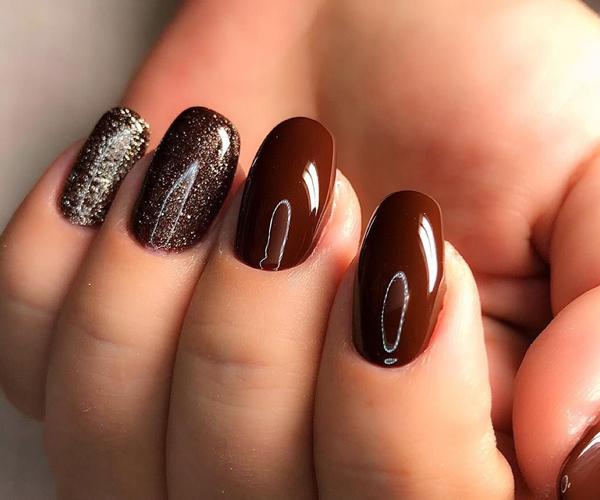 Шоколадный осенний маникюр фото 4