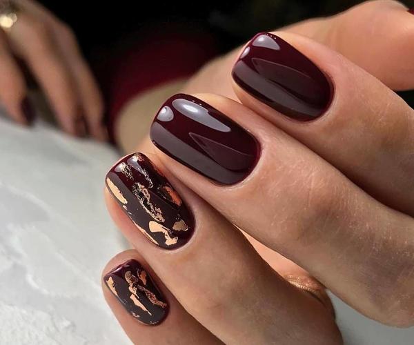 Шоколадный осенний маникюр фото 9