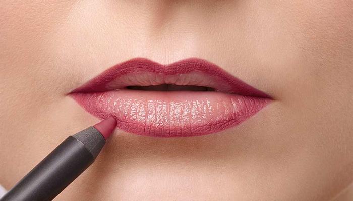 Нанесение контура губ карандашом