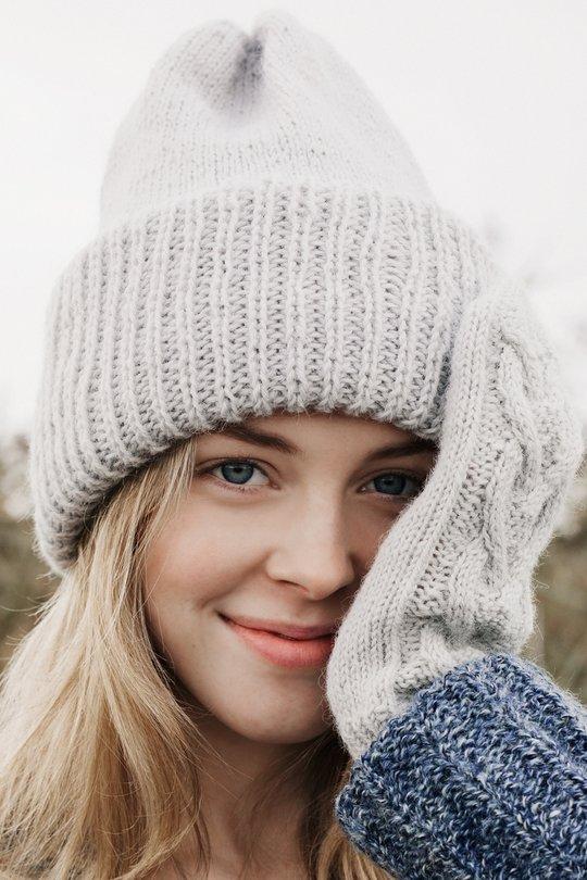 Вязаная шапка с отворотом фото 3